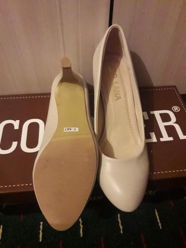 Женская обувь в Ош: Продаётся туфли каблук новая очень удобная  бежевого цвета  купили