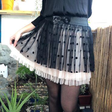 Prelepa suknja od tila u L veličini. U struku ima lastis gumu. Nikad