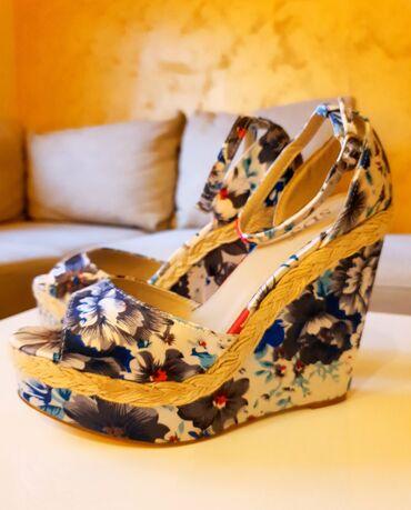 Nove romanticne sandalice sa platformom. Cvetni dezen