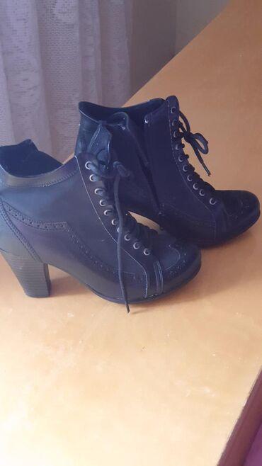 Čizme, poluduboke, koža, plaćene su oko 7000, par puta obuvene, kao