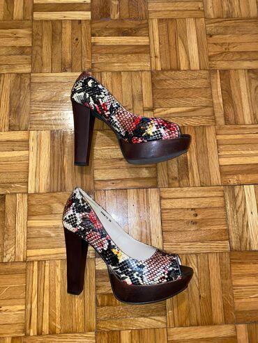 Kosulja print - Srbija: Cipele na stiklu sa printom zmije, veoma zanimljive i upadljive