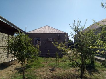 Bakı şəhərində Ramana savxozunda 3 sotun icinde orta temirli ev tecili satilir,3 otaq
