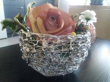 Kućni dekor - Mladenovac: Ručno izrađena korpica. Ima sitne bisere po sebi. Može se izraditi i u