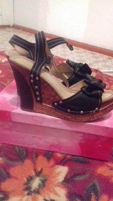 Женская обувь в Токмак: Продаю очень удобные босоножки на танкетке. носила один раз. размер