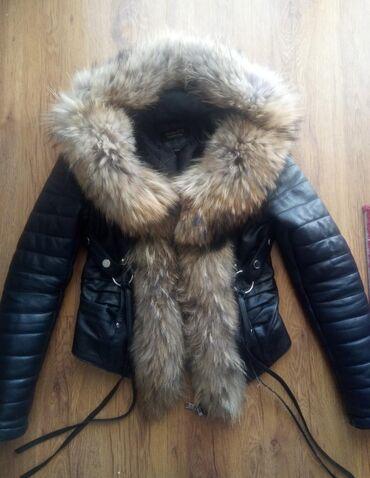 Kozna jakna sa krznom - Srbija: Kozna jakna sa prwbogatim krznom! Naznacena velicina je M ali po meni