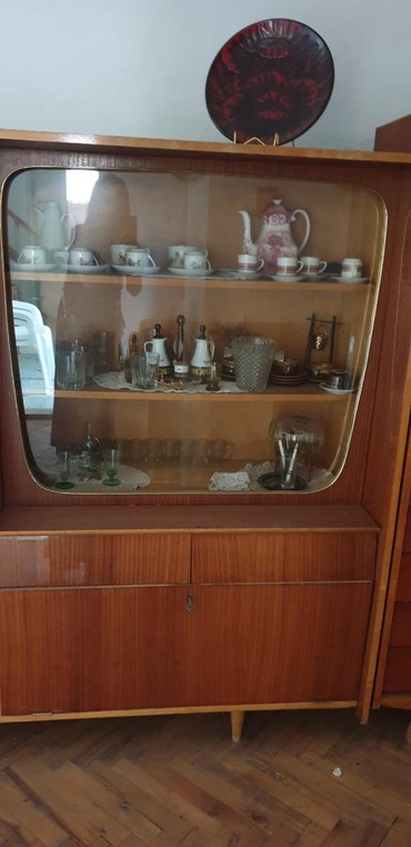 Kredenac | Srbija: ANTICKI STARI KREDENAC -VITRINA SA GARDAROBNIM DELOM /NA NOGICAMA/