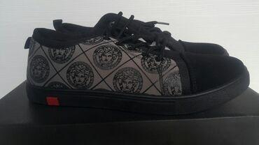 dzhinsy versace в Кыргызстан: Мужские кроссовки Versace. Срочно! Новый. Размер 41 Цена 1800с