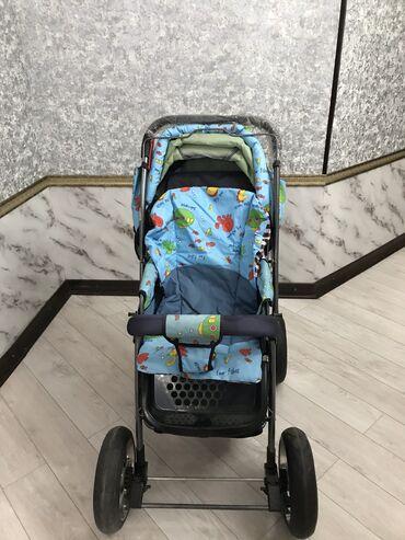 Детская коляска в голубом цвете с одеялом для прогулок в зимнее время