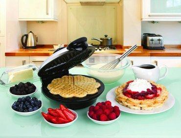 Bakı şəhərində Ürek formalı vafli bişiren toster. Her eve her xanıma lazımdır, mütleq