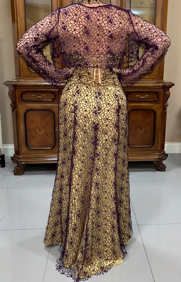 золотое платье в пол в Кыргызстан: Платье в пол из золотого атласа украшено сиреневой сеткой крупного
