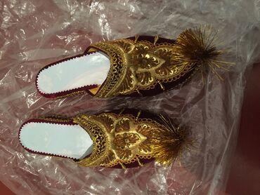 Национальная обувь новая на правой паре не много отклеилась подошва
