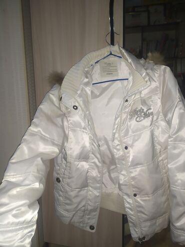 Белая куртка,состояние отличное. Размер 40-44