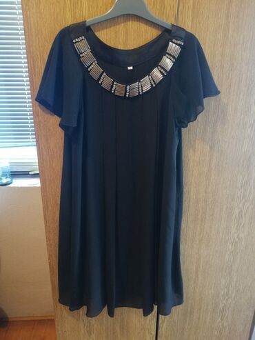 Elegantna haljina koja je nosena par puta ali je bas lepo ocuvana. Ima