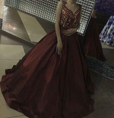 Очень красивое платье было одето один раз, состояние идеальное, размер