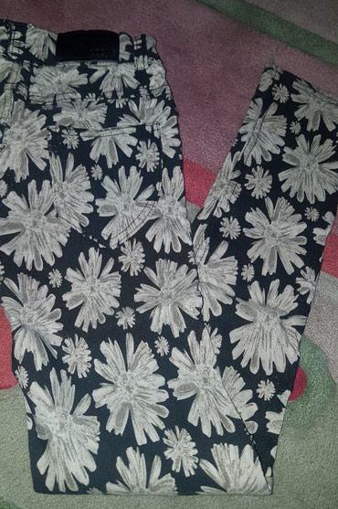 Crne pantalone uske - Srbija: Crne boje cvetne uske moderne farmerke za devojcice. Crna osnova sa