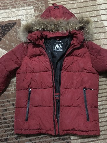 Мужская куртка - пуховик б/у размер 48-50. цвет - бордо капюшон