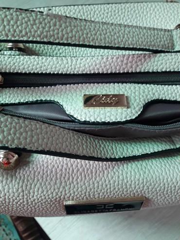 стильные куртки женские в Кыргызстан: Продаю!!! Сумку женск. Размер 40×20 см. Цена 1000 с . Оригинал