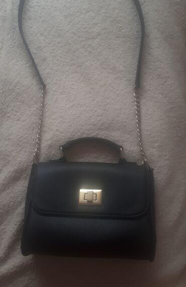 Teranova crna torbica. Veoma ocuvana, jedino ostecenje je sto je snala