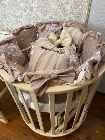 Детская мебель - Бишкек: Срочно продаю детскую манежку С МАЯТНИКОМ полностью укомплектованную !