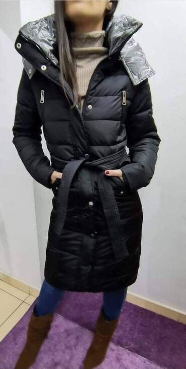 Zenska duga jaknaIzuzetnog kvaliteta, postavljena krznom