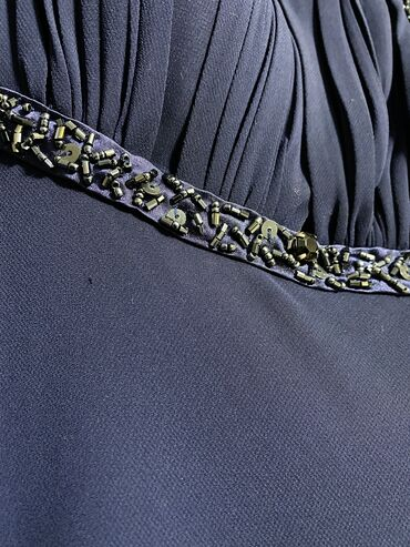 Платье темно-синего цвета, подойдёт на размер 42-44 (s-m), на рост 165