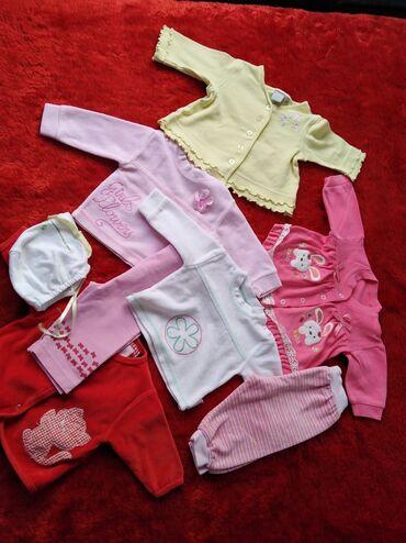 Paket bebi garderobe za prve dane. Paket 1500,00 din plus poklon