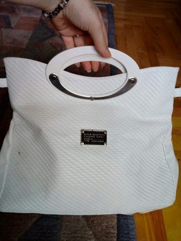 Elegantna, bela torba. Ima malo oštećenje koje se vidi na slici. - Crvenka