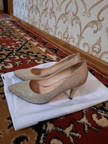 Красивые золотистые туфли, для мероприятий, можно для повседневки