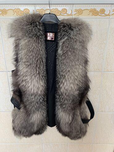 Меховая желетка Чернобурка с кожанными вставками и поясом