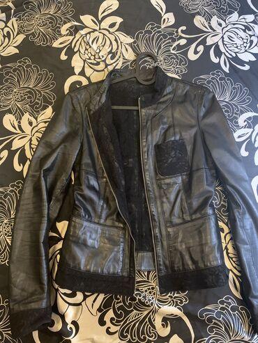 Женские куртки в Чаек: Продаю куртку из перчаточной мягкой кожи. Двусторонняя изнутри гипюр