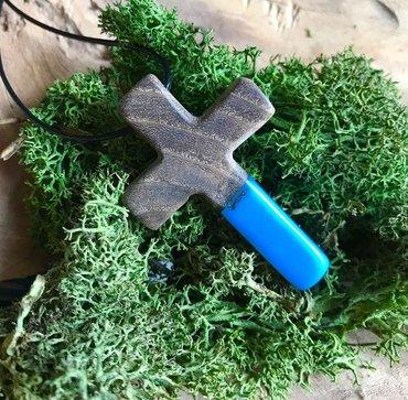 Religijski nakit - Srbija: Krstic od drveta jasena iz vode i epoxy smolePoliesterski voskirani