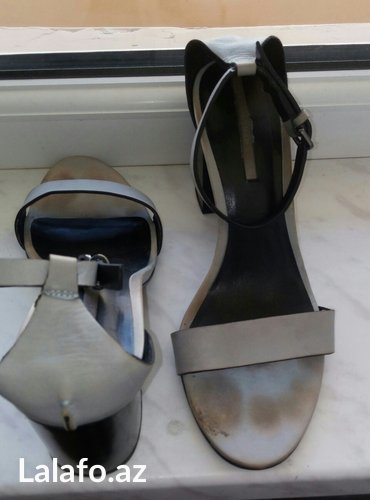Bakı şəhərində Zara firmasi,Italiyadan alinib,temiz deridir,39-40raz gedir,15man