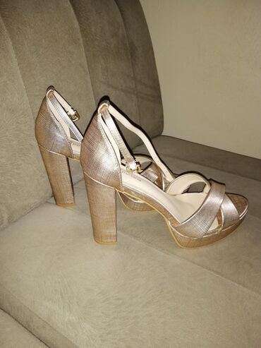 Sandale, nove, nisu nosene, br. 40, u boji zlata. Kraljevo