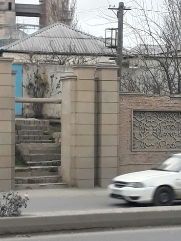 Xırdalan şəhərində Xirdalanda màrkàzdà yolun kànarinda 3 otaqli orta tàmirli