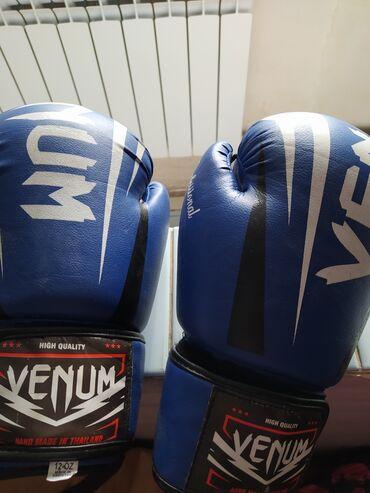 Боксерские перчатки и шлем почти новые