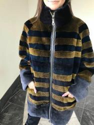 """женские бомберы в Азербайджан: Стильная куртка-бомбер, отделка мехом бобра, цвет """"триколор"""", длина"""