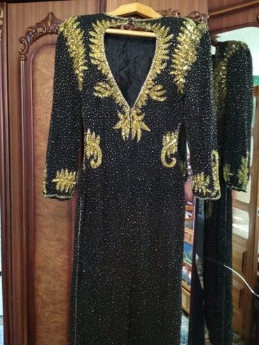 черное длинное платье в Кыргызстан: Черное платье вышитое бисером под Золото,длина ниже колена, размер под