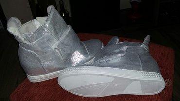 Na prodaju duboka cipela patika, sa blagom sakrivenom ortopedskom