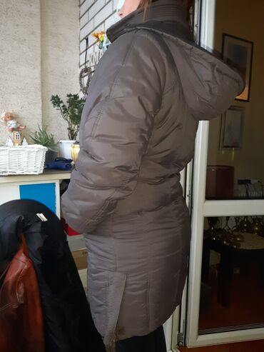 Postavljena zimska jakna sa kapuljačom koja može da se skida, bez