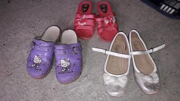 Za devojcice br 30-31. Cena za baletanke i roze papuce 700. Klompe na - Kikinda