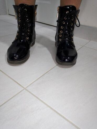 Lakovane cizme sa zlatnim rasjferslusima, bez ikakvih ostecenja