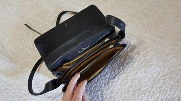 Сумочка черная небольшая много карманов на ремешке, кожа состояние б/у