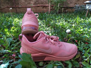 Nike roze patike u broju 38.5. Kao sto se vidi na slikama stanje je