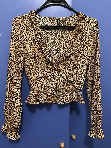 Блузка очень модная не разу не одевала размер 40-42 300 сом