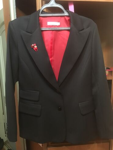 Продаю дизайнерский костюм. Классический. Пиджак полуприлегающего