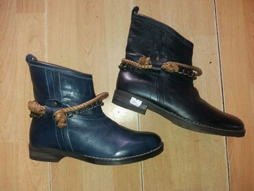 Cizme 40 - Srbija: Kozne kratke cizme,crna zadnja br. 40. plava jos neki par