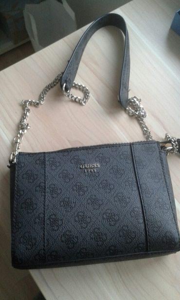 сумочку синий цвет в Кыргызстан: Продаю сумочку Guess. темно серый цвет с логотипом, бу