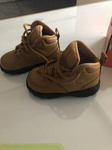 Patike cipele - Srbija: Nike duboke patike( cipele) .Kratko nosene. Broj 22,5(13cm).Cena 3000