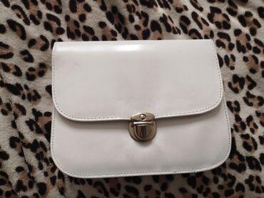 Sport i hobi - Zabalj: Bela torba, moze da se nosi kao pismo torba, a ima i za rame. Ima