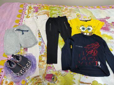 2 пары леггинс, 2 футболки, 1 шорты, лёгкая обувь. На девочку 3-4 лет